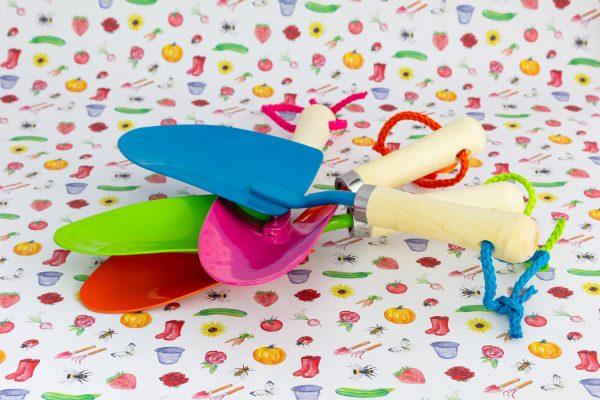 Kinderschep van FSC hout en metaal, in groen, blauw, rozen en oranje